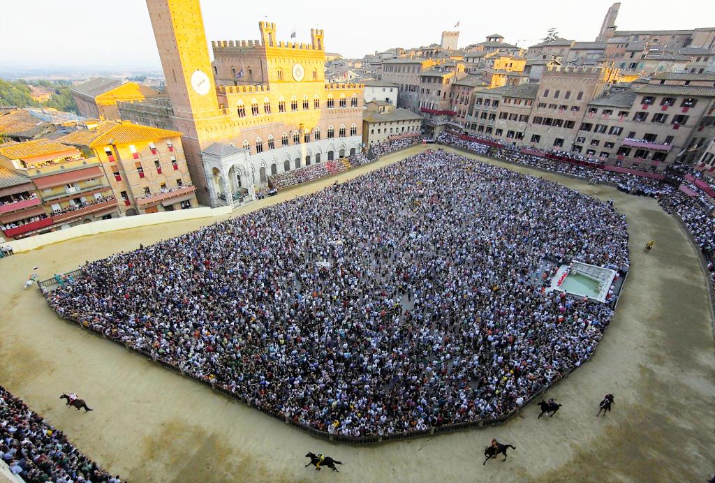 Crowds at The Palio di Siena, www.patrignone.com